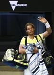 Rafael Nadal acena para o público após derrota para Fernando Verdasco no Aberto da Austrália. 19/01/2016 REUTERS/Thomas Peter