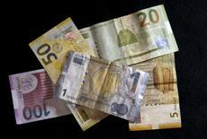 Банкноты азербайджанского маната. Тбилиси, 15 января 2016 года. Парламент Азербайджана одобрил пакет мер, предложенных ЦБ для стабилизации курса национальной валюты маната, а глава регулятора назвал беспочвенными слухи о возможной дальнейшей девальвации. REUTERS/David Mdzinarishvili