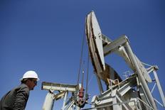 Una unidad de bombeo de crudo operando en Monterey Shale, EEUU, 29 de abril de 2013. El clima inusualmente cálido y el aumento del suministro mantendrán el exceso de la oferta en el mercado del crudo por lo menos hasta finales del 2016, dijo el martes la Agencia Internacional de Energía (AIE) en su reporte mensual.   REUTERS/Lucy Nicholson