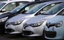 Imagen de autos de la marca Renault en un concesionario en Aubergenville, Francia. 17 de enero de 2016. La automotriz francesa Renault revisará más de 15.000 vehículos para realizar cambios en sus motores para que estén en línea con los estándares de emisiones, dijo el martes la ministra de Energía, Ségolène Royal, a la radio francesa RTL. REUTERS/Jacky Naegelen