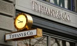Tiffany, à suivre mardi à la Bourse de New York. Le joaillier a vu ses ventes baisser de 6% à 961 millions de dollars durant la période des fêtes, les touristes en particulier ayant réduit leurs dépenses sur le continent américain. L'action décroche de 2,81% en avant-Bourse. /Photo d'archives/REUTERS/Arnd Wiegmann