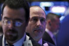 Operadores trabajando en la bolsa de Wall Street en Nueva York, ene 19, 2016. Las acciones de Estados Unidos subían el martes después de que la divulgación de la tasa de crecimiento más lenta de China en 25 años aumentó las esperanzas de más medidas de estímulo de Pekín y por fuertes reportes de ganancias de Bank of America y Morgan Stanley.  REUTERS/Brendan McDermid