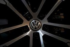 La commissaire européenne à l'Industrie a adressé une lettre à Matthias Müller, le président du directoire de Volkswagen, pour lui demander des explications sur le scandale des tests antipollution et l'inviter à dédommager les clients européens au même titre que les américains.  /Photo d'archives/REUTERS/Kim Hong-Ji