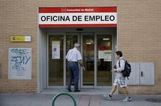 Люди заходят в офис государственной службы занятости в Мадриде.  Глобальный уровень безработицы снизится до 5,7 процента в 2017 году с 5,8 процента в 2014-2016 годах благодаря созданию новых рабочих мест в США и Европе, хотя рост населения означает, что общее число безработных вырастет, говорится в отчете Международной организации труда (МОТ). REUTERS/Andrea Comas