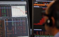 Las bolsas europeas caían el miércoles debido a que un incesante retroceso del precio del petróleo lastraba a los mercados mundiales.  En la imagen, un manager de ventas se sienta junto a una pantalla que muestra el índice CAC 50,  en la Bolsa de París, el 24 de agosto de 2015.  REUTERS/Regis Duvignau