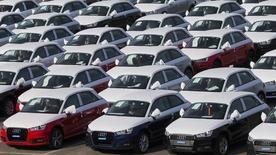 El fabricante de coches Seat dijo el miércoles que en 2018 iniciará en su planta de Martorell la fabricación del Audi A1, que se produce actualmente en Bruselas. Imagen de coches Audi A1 aparcados en la fábrica de Bruselas el 28 de septiembre de 2015.  REUTERS/Yves Herman