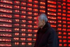 Un inversor camina junto a un tablero electrónico que muestra información bursátil, en una correduría en Nanjing, China. Las bolsas de Asia caían el miércoles a nuevos mínimos en cuatro años luego de que el declive en curso del precio del petróleo sofocó un intento de rebote en Wall Street y redujo el apetito de los inversores globales por los activos de mayor riesgo. 19 de enero de 2016. REUTERS/China Daily