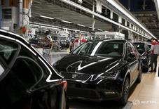 La producción de coches en las 13 plantas ubicadas en España superó las previsiones en 2015 y cerró en niveles no vistos en los últimos ocho años. En la imagen, un trabajador en una fábrica de SEAT, en in Martorell, cerca de Barcelona, 5 de diciembre de 2014. REUTERS/Gustau Nacarino