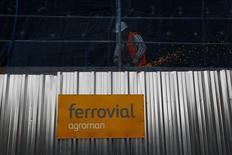 El grupo de infraestructuras Ferrovial reiteró el miércoles su oferta no solicitada de 692 millones de dólares australianos presentada en diciembre por Broadspectrum, empresa que cotiza en la Bolsa de Sídney. Imagen de un trabajador en una obra de Ferrovial en Madrid el 24 de febrero de 2015. REUTERS/Susana Vera