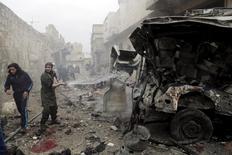Мужчина тушит горящую машину скорой помощи в сирийском городе Маарет-эн-Нууман после авиаудара, нанесенного, по словам активистов, авиацией РФ. 12 января 2016 года. По меньшей мере 3.000 человек, в том числе 1.000 гражданских лиц, погибли в результате российских авиаударов в Сирии, начавшихся 30 сентября прошлого года, сообщили в среду наблюдатели. REUTERS/Khalil Ashawi