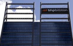 El logo de BHP Billiton en su oficina en Perth, Australia, 19 de noviembre de 2015. BHP Billiton sugirió el miércoles que no espera una recuperación en los precios del mineral de hierro o el carbón en los próximos años, pero mantuvo la esperanza de un rebote del cobre y el petróleo en momentos en que enfrenta una caída de las ganancias que podría afectar a su dividendo largamente protegido. REUTERS/David Gray