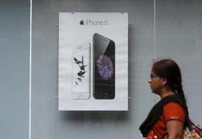 Una mujer pasa al lado de un anuncio del iPhone 6 de Apple en Bombay, India, el 24 de julio de 2015. Apple pidió autorización para establecer sus propias tiendas en la India, uno de los mercados de crecimiento más veloz para los teléfonos inteligentes, debido a que el fabricante del iPhone busca aprovechar nuevas oportunidades ante preocupaciones de una desaceleración en sus principales mercados.  REUTERS/Shailesh Andrade