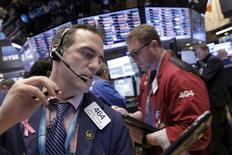Operadores trabajando en la bolsa de Wall Street en Nueva York, ene 20, 2016. La ola de ventas que se produce en Wall Street desde el inicio del año continuaba el miércoles, liderada por las acciones del sector energético, luego de que los precios del crudo cayeron a nuevos mínimos y que se profundizaran los temores sobre una desaceleración del crecimiento global.  REUTERS/Brendan McDermid