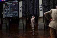 El Ibex-35 profundizó el miércoles las pérdidas y se dejó más de un tres por ciento, al calor de los descensos del resto de plazas europeas y Wall Street, ante los temores a una desaceleración global y con el petróleo de nuevo en mínimos de varios años. En la imagen, unos operadores en la bolsa de Madrid, el 29 de junio de 2015. REUTERS/Susana Vera