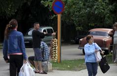 Un hombre vende ajos en una calle en La Habana. 19 de enero de 2016. Cuba está desandando algunas reformas agrícolas clave y experimentando con controles de precios para hacer frente a la demanda para que frene una creciente alza del valor de los alimentos. REUTERS/Enrique de la Osa