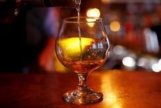 Rémy Cointreau a enregistré un retour à la croissance organique au troisième trimestre de son exercice décalé, porté par les solides performances de son cognac aux Etats-Unis, devenus son premier marché après trois ans de tourmente en Chine. Les ventes du propriétaire du cognac Rémy Martin, de la liqueur Cointreau et du rhum Mount Gay ont totalisé 298,4 millions d'euros. /Photo prise le 13 novembre 2015/REUTERS/Mike Segar