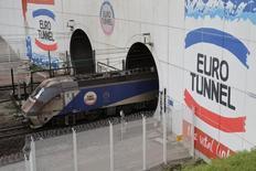 Les ventes d'Eurotunnel, l'opérateur du tunnel sous la Manche, ont augmenté de 1% au quatrième trimestre, marqué par une stabilité du chiffre d'affaires des navettes et un recul du réseau ferroviaire. /Photo prise le 20 octobre 2015/REUTERS/Pascal Rossignol