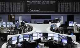 Трейдеры на торгах фондовой биржи во Франкфурте-на-Майне 20 января 2016 года. Европейские акции выросли в начале торгов четверга после падения в ходе предыдущей сессии, вызванного ростом цен на сырьё, при этом уверенный рост акций Pearson и Logitech  стал основной опорой для рынка. REUTERS/Staff/Remote