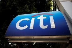 Логотип Citibank на банкомате в Лос-Анджелесе 10 марта 2015 года. Американский инвестиционный банк Citigroup снизил прогнозы роста мировой экономики в четверг, отметив рост риска глобальной рецессии. REUTERS/Lucy Nicholson