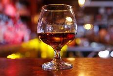 Бокал коньяка в баре на Манхеттене в Нью-Йорке 13 ноября 2015 года. Продажи французского производителя алкогольных напитков Remy Cointreau вернулись к росту в третьем квартале финансового года, превзойдя ожидания аналитиков, благодаря сильному спросу в США, на основном рынке компании, а также улучшению продаж в Китае. REUTERS/Mike Segar