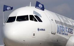 Airbus annonce jeudi la commande par Gulf Air de 19 appareils supplémentaires de la famille A320neo (17 A321neo et deux A320neo), qui s'ajoutent à une commande ferme de 10 A320neo passée en 2012.  /Photo d'archives/REUTERS/Régis Duvignau
