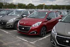 PSA Peugeot Citroën pourrait débuter vers la fin mars ses nouvelles discussions avec les syndicats sur l'accord de compétitivité qui prendra la relève du Nouveau Contrat social de 2013, selon deux sources syndicales. /Photo prise le 29 avril 2015/REUTERS/Benoît Tessier