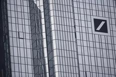 Deutsche Bank podría necesitar más capital para fortalecer su posición financiera, después de informar que prevé una pérdida neta récord de unos 6.700 millones de euros para 2015 debido a amortizaciones, gastos por litigios y costes de reestructuración.  Imagen de la sede de Deutsche Bank en Francfort, Alemania, el 29 de octubre de 2015. REUTERS/Kai Pfaffenbach