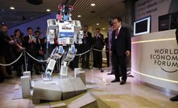 Le robot humanoïde sud-coréen HUBO, vainqueur en 2015 du DARPA Robotics Challenge, à Davos. Un implant de téléphone mobile, des organes imprimés en 3D, des vêtements intelligents ou des lunettes de vue connectées à internet. Cela peut sembler de la science-fiction aujourd'hui, mais ce sera une réalité d'ici 2025, à en croire les dirigeants d'entreprises réunis en Suisse pour le Forum économique mondial. /Photo prise le 20 janvier 2016/REUTERS/Ruben Sprich