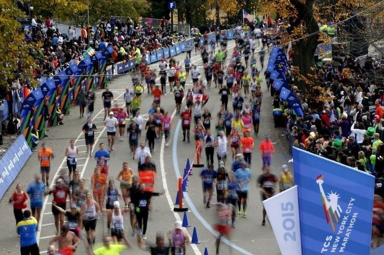 Runners run across the finish line at the 2015 New York City Marathon in New York's Central Park, November 1, 2015.  REUTERS/Mike Segar