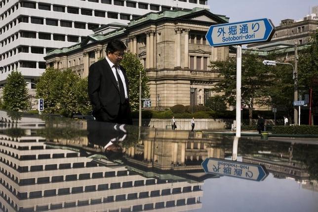 1月22日、年初からの株安が止まらない中で、日本株市場が期待する政策は、日銀によるETF(指数連動型上場投資信託)の買い入れ増額だ。写真は都内の日銀本店前で昨年10月撮影(2016年 ロイター/Thomas Peter)