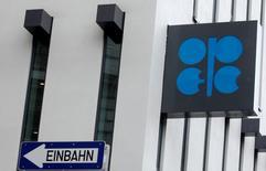 Venezuela propuso el jueves una reunión de la Organización de Países Exportadores de Petróleo (OPEP) y otras naciones productoras fuera del grupo tan pronto como en febrero para discutir medidas que permitan apuntalar los precios del crudo, que cotizan en su nivel más bajo desde 2003, dijo su ministro de Petróleo. Foto de archivo del logo de la OPEP en su sede central en Viena. REUTERS/Heinz-Peter Bader