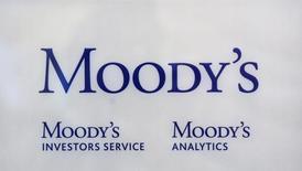 Логотип рейтиногового агентства Moody's  на его офисе в Париже 24 октября 2011 года. Moody's поместило на пересмотр с возможностью понижения рейтинги крупных компании нефтегазового сектора в пятницу, так как обвал цен на нефть на более чем 70 процентов за последние полтора года потянул за собой акции энергетических компаний.  REUTERS/Philippe Wojazer