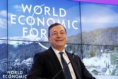 Mario Draghi, le président de la Banque centrale européenne, a dit vendredi dans le cadre du Forum économique mondial de Davos que l'institution avait de nombreux instruments à sa disposition pour stimuler l'inflation et qu'elle était à la fois disposée et déterminée à agir pour remplir son mandat de maintenir la hausse des prix à un niveau proche mais inférieur à 2% l'an. /Photo prise le 22 janvier 2016/REUTERS/Ruben Sprich