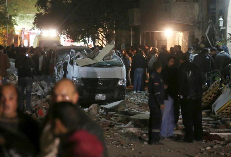 Damaged cars are seen at the scene of a bomb blast in Giza, Egypt, January 21, 2016.   REUTERS/Mohamed Abd El Ghany