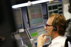 Les Bourses européennes sont en forte progression à mi-séance et Wall Street est attendue en hausse avec le rebond de plus de 6% des cours du pétrole et la perspective de nouveaux assouplissements monétaires par la Banque centrale européenne et la Banque du Japon.  À Paris, le CAC 40 avance de 3,28% vers 13h00 et à Francfort, le DAX gagne 2,15%. /Photo prise le 21 janvier 2016/REUTERS/Kai Pfaffenbach