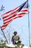 """Солдат на страже посольства США в Дамаске 12 сентября 2006 года. Коалиции во главе с США следует прибегнуть к """"наземной операции"""" как части стратегии в борьбе с """"Исламским государством"""" и вернуть захваченные им иракский Мосул и сирийскую Ракку, сказал глава Пентагона. RUTERS/Wael Hmedan"""