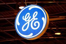 Логотип General Electric на газовой конференции в Париже. 2 июня 2015 года. Многоотраслевой конгломерат General Electric Co отчитался в пятницу о 8-процентном падении квартальной прибыли промышленного подразделения в связи со слабыми результатами нефтегазового сектора. REUTERS/Benoit Tessier