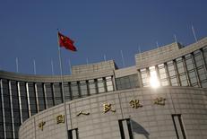 La bandera china en la sede del Banco Central del país, en Pekín. 19 de enero de 2016. El banco central de China no se apresurará a recortar el volumen de efectivo que los bancos deben tener como reservas, pese a los problemas de liquidez que surgen habitualmente antes del Año Nuevo Lunar, dijo un funcionario del organismo rector, de acuerdo a fuentes. REUTERS/Kim Kyung-Hoon