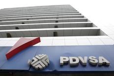El logo de la estatal petrolera venezolana PDVSA, en una gasolinera en Caracas. 21 de diciembre de 2015. La estatal Petróleos de Venezuela (PDVSA) informó el viernes que su deuda financiera consolidada disminuyó 4,3 por ciento al cierre de 2015 frente al año previo, a 43.751 millones de dólares, en un ejercicio marcado por el derrumbe de sus ingresos. REUTERS/Marco Bello