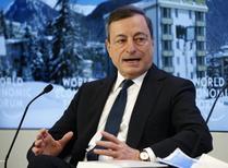 El presidente del Banco Central Europeo, Mario Draghi, durante una reunión en el Foro Económico Mundial, en Davos. 22 de enero de 2016. El presidente del Banco Central Europeo (BCE), Mario Draghi, dijo el viernes que el banco cuenta con numerosos instrumentos a su disposición para ayudar a apuntalar la magra inflación de la zona euro y que está resuelto a actuar. REUTERS/Ruben Sprich