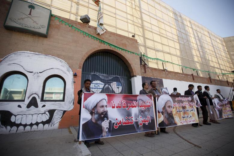 Supporters of the Houthi movement protest against the execution of Shi'ite Muslim cleric Nimr al-Nimr in Saudi Arabia, during a demonstration outside the Saudi embassy in Sanaa, Yemen January 7, 2016. REUTERS/Khaled Abdullah
