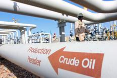 Gente trabaja en elcampo petrolero de Amara, al sudeste de Bagdad. 21 de enero de 2016. Los precios del crudo se dispararon hasta un 10 por ciento el viernes, en una de las mayores alzas diarias de la historia, debido a que inversores que habían tomado un récord de posiciones cortas las cerraron para recoger ganancias, apostando a que la racha bajista podría haber terminado. REUTERS/Essam Al-Sudani
