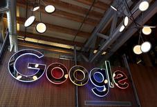 Google, désormais filiale du groupe Alphabet, a annoncé avoir conclu avec le fisc britannique un accord prévoyant le paiement de 130 millions de livres (172 millions d'euros) d'arriérés, couvrant les dix dernières années. /Photo prise le 14 janvier 2016/REUTERS/Peter Power