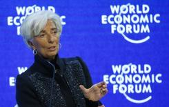 Los mercados financieros necesitan más claridad sobre cómo las autoridades chinas están manejando su moneda, en particular la relación del yuan con el dólar estadounidense, dijo el sábado la directora gerente del Fondo Monetario Internacional (FMI) Christine Lagarde. En la imagen, Lagarde durante su intervención en el foro de Davos, el 23 de enero de 2016. REUTERS/Ruben Sprich