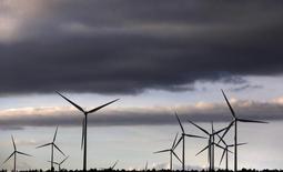 El fabricante español de aerogeneradores Gamesa confirmó el lunes que el acuerdo definitivo para desarrollar proyectos eólicos con la estadounidense SunEdison no se firmó a finales del año pasado según estaba previsto. En la foto de archivo, el parque eólico de Iberdrola, principal accionista de Gamesa, en Moranchón (España) el 17 de diciembre de 2012. REUTERS/Sergio Perez