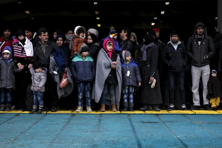 Refugees and migrants arrive aboard the passenger ferry Eleftherios Venizelos from the island of Lesbos at the port of Piraeus, near Athens, Greece, January 23, 2016. REUTERS/Alkis Konstantinidis