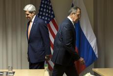 """Госсекретарь США Джон Керри и российский министр иностранных дел Сергей Лавров на встрече в Цюрихе 20 января 2016 года. Представитель сирийской оппозиции обвинил Кремль и его союзника Башара Асада в создании """"препятствий"""" мирным переговорам, которые планировались в понедельник в Женеве, и сказал, что это станет темой обсуждения оппозиционных деятелей во вторник.  REUTERS/Jacquelyn Martin/ Pool"""