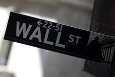 Las acciones estadounidenses abrieron el lunes con caídas, debido a que los precios del crudo seguían bajando después de que la producción de Irak alcanzara niveles récord. En la imagen, un cartel indica los números de la calle de Wall Street que se comprenden en una manzana, en Manhattan, el 20 de enero de 2016. REUTERS/Mike Segar