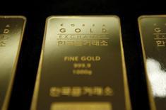 Una barra de oro de un kilo de peso almacenada en Seúl, jul 31, 2015. El precio del oro caería por cuarto año consecutivo en el 2016, según un sondeo de Reuters divulgado el lunes, extendiendo un desplome del 10 por ciento durante 2015, aunque el metal podría recuperar parte del terreno perdido el próximo año.   REUTERS/Kim Hong-Ji