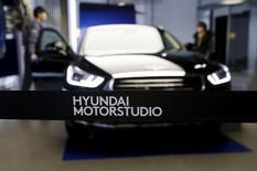 Модель EQ900 в Hyundai Motor Studio в Сеуле 26 января 2016 года.  Южнокорейская Hyundai Motor сообщила о падении прибыли восьмой квартал подряд, поскольку компании пришлось увеличить скидки, чтобы оживить продажи в США, а спрос на автомобили на развивающихся рынках перестал расти. REUTERS/Kim Hong-Ji
